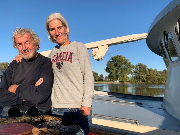 IJmert Bax (78) met dochter Olette (49) op de kotter van IJmert in de haven van Woudrichem.