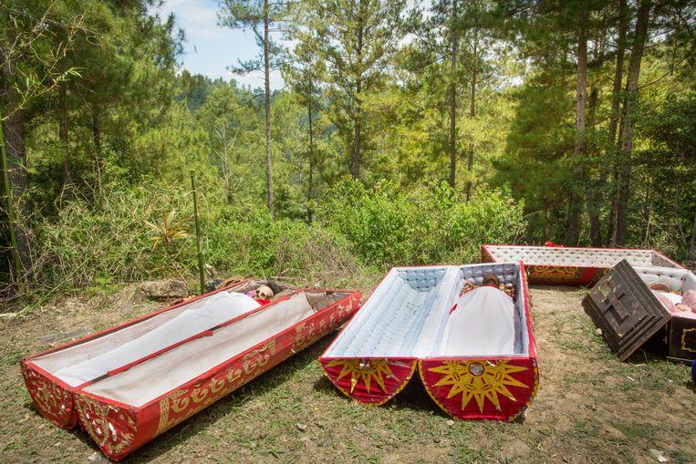 Na het jaarlijkse dodenritueel (ma'nene) in Torajaland, Indonesië, worden de lichamen opnieuw in hun kist gelegd. Beeld Lieve Blancquaert