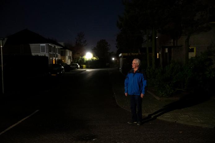 Rien Voets in het donker in 'zijn' wijk Koolhof.