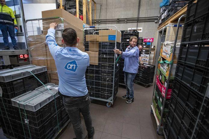 Alle hens aan dek met het aanvullen van de winkelvoorraad bij Albert Heijn in Haarlem.