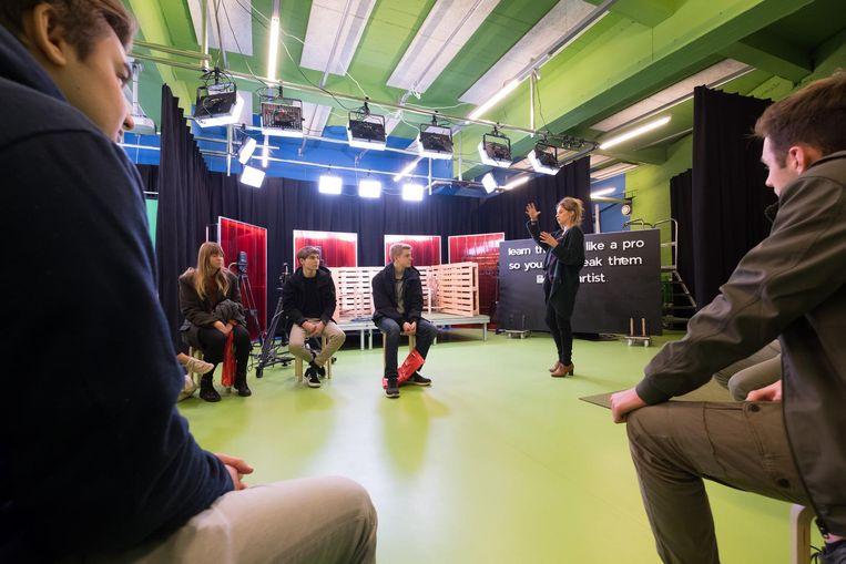 Leerlingen uit het middelbaar volgen een praktijkles video in Campus De Ham.