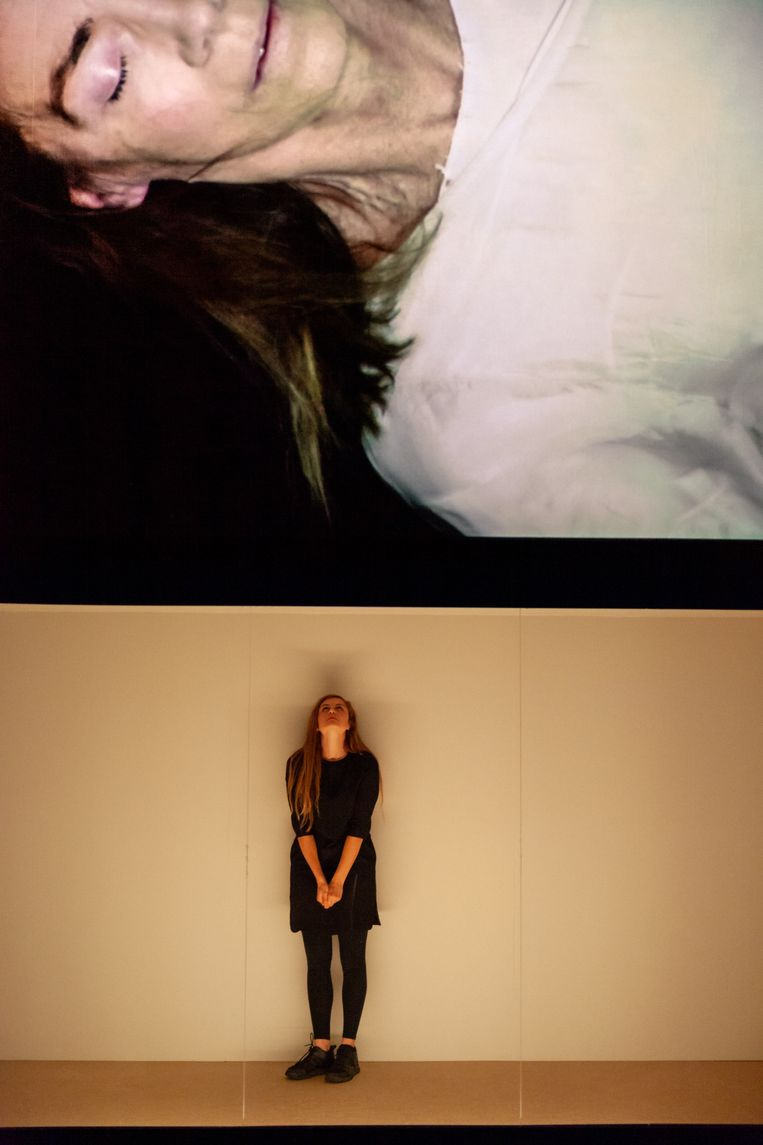 Marlies Heuer (op video) en Sanne Vanderbruggen in de voorstelling 'Het standaard leven van een standaard vrouw'. Beeld Julian Maiwald