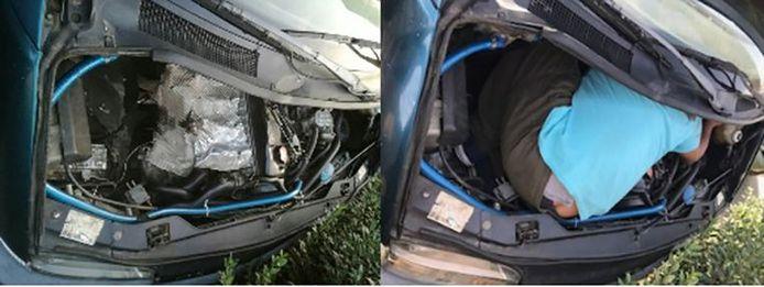 Een agent toont hoe een migrant verstopt zat onder de motorkap van een Nissan Serena, tégen het warme motorblok. Alles samen beschikte hij over een gat van 74 cm hoog, 63 cm lang en 35 cm breed.