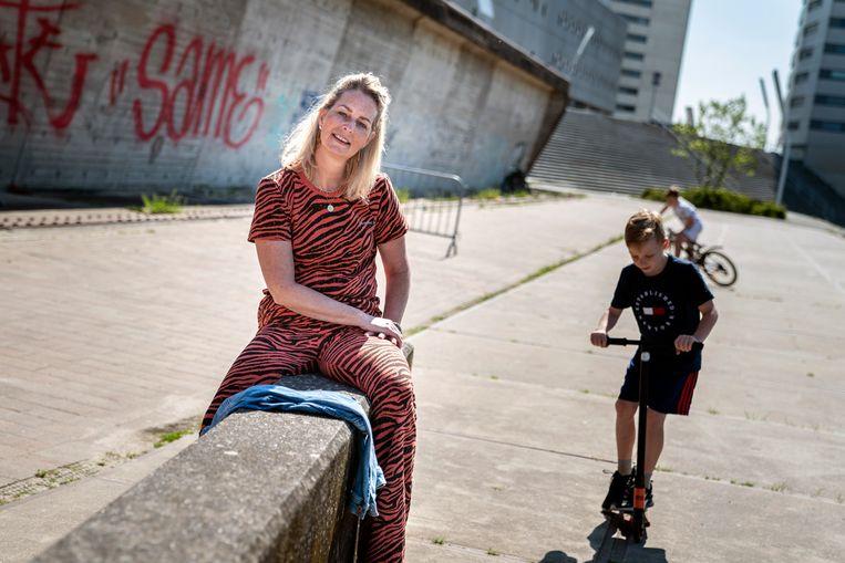 De Groningse weduwe Annet Rijnberg zit zelf aan de chemo vanwege uitgezaaide borstkanker en daarom gaan haar kinderen (7 en 11) vandaag toch maar niet naar school. Twee maanden geleden overleed haar man aan longkanker.  Beeld Reyer Boxem