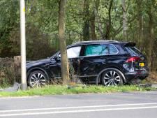 Auto klapt tegen boom na aanrijding in Beekbergen, 1 persoon gewond