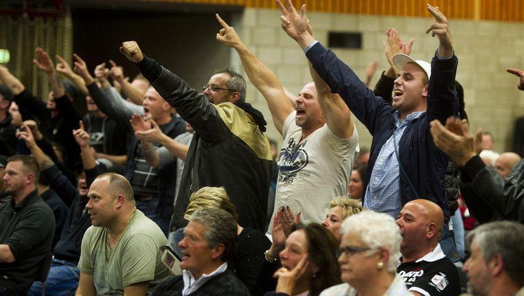 Buurtbewoners van de gemeente Steenbergen reageren tijdens een debat over de mogelijke opvang van asielzoekers. Beeld anp