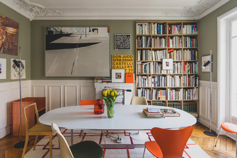 Elk stukje muur in huis werd benut om kunst op te hangen. En ook de boekenkast is van boven tot onder gevuld met architectuur- en kunstboeken.