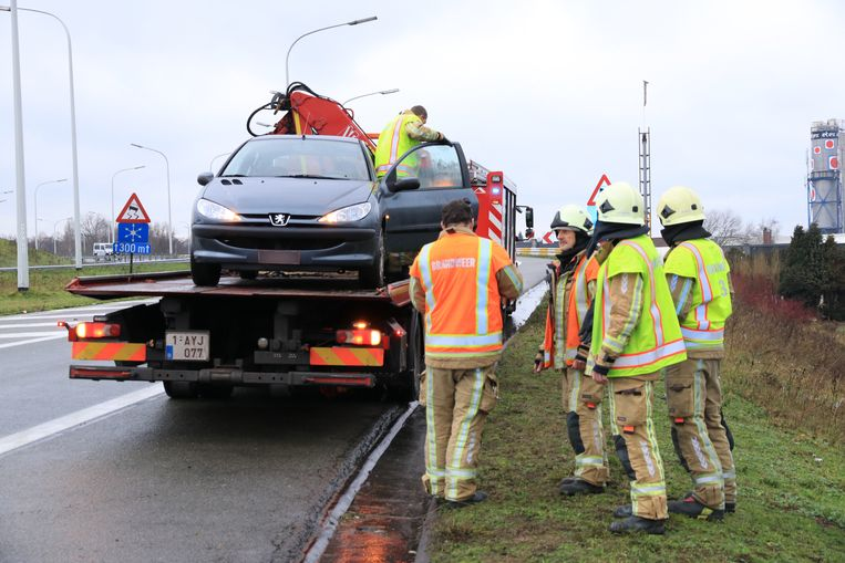 De auto belandde in de berm en moest getakeld worden.
