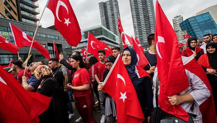 Turkse demonstranten in Rotterdam.