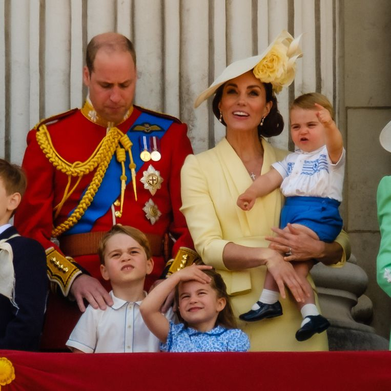 Prins William en Kate Middleton samen met hun drie kinderen op het balkon.