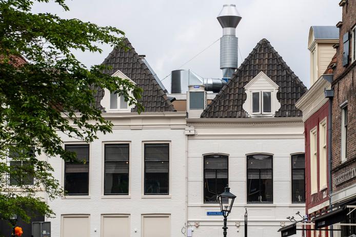 De enorme afvoerpijp is in de nabijheid van de vele monumenten in de Zwolse binnenstad 'niet acceptabel', oordeelt Het Oversticht.