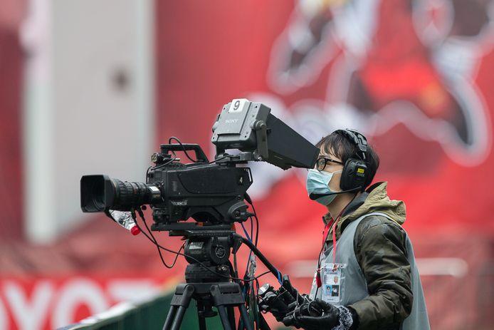 Ook de cameraman draagt een masker bij het AFC Champions League-duel tussen Shanghai SIPG en Buriram United.