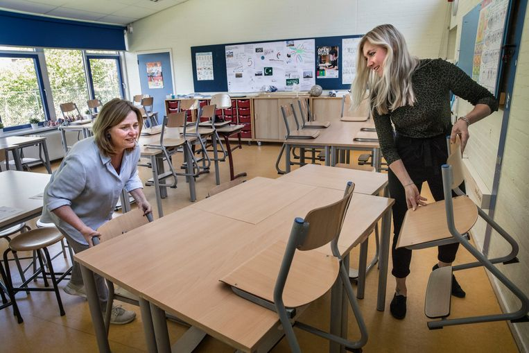 Directeur Alieke Bel (links) en leerkracht Irene van der Meijden van basisschool De Waerdenburght in Koeldert zetten de stoelen vast goed. Beeld Arie Kievit