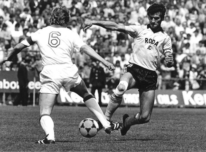 Nanninga als speler van Roda JC in duel met Sören Lerby van Ajax.