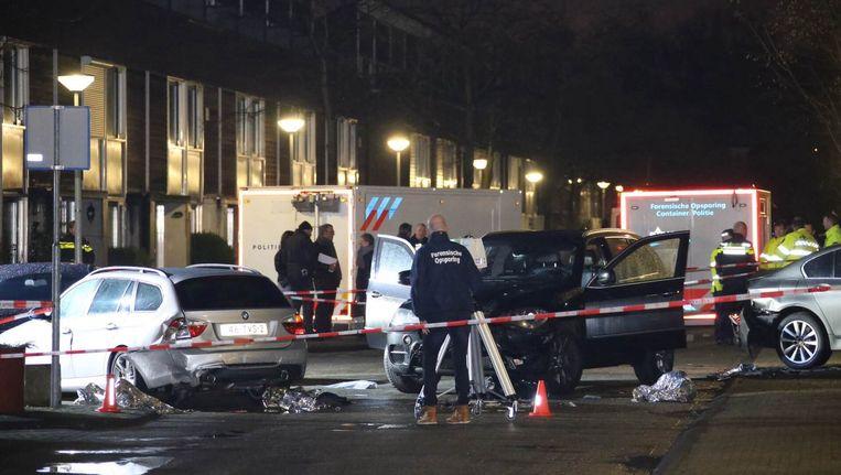 Forensisch medewerkers van de politie doen onderzoek in de Knokkestraat. Beeld anp