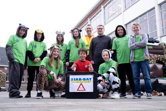 PUURS SINT-AMANDS - Vlaams minister Koen Van den Heuvel bezoekt Middenschool Sjabi nav Dikke Truiendag