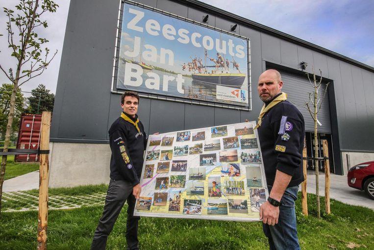 Bart Devos en Nicolas Degry met een aantal foto's die te zien zijn op de fototentoonstelling.