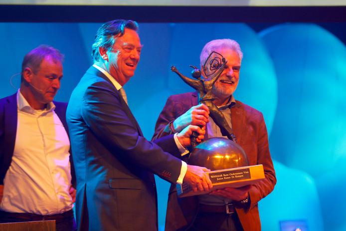 Jurylid Tiny Sanders reikt de BOV-trofee uit aan Jaap Schuddemat van Heliox.