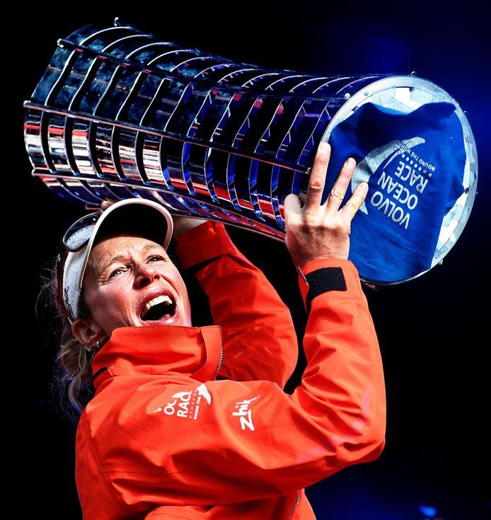 Carolijn Brouwer is de eerste Nederlandse winnares van de Volvo Ocean Race. Hier poseert zij met de trofee.