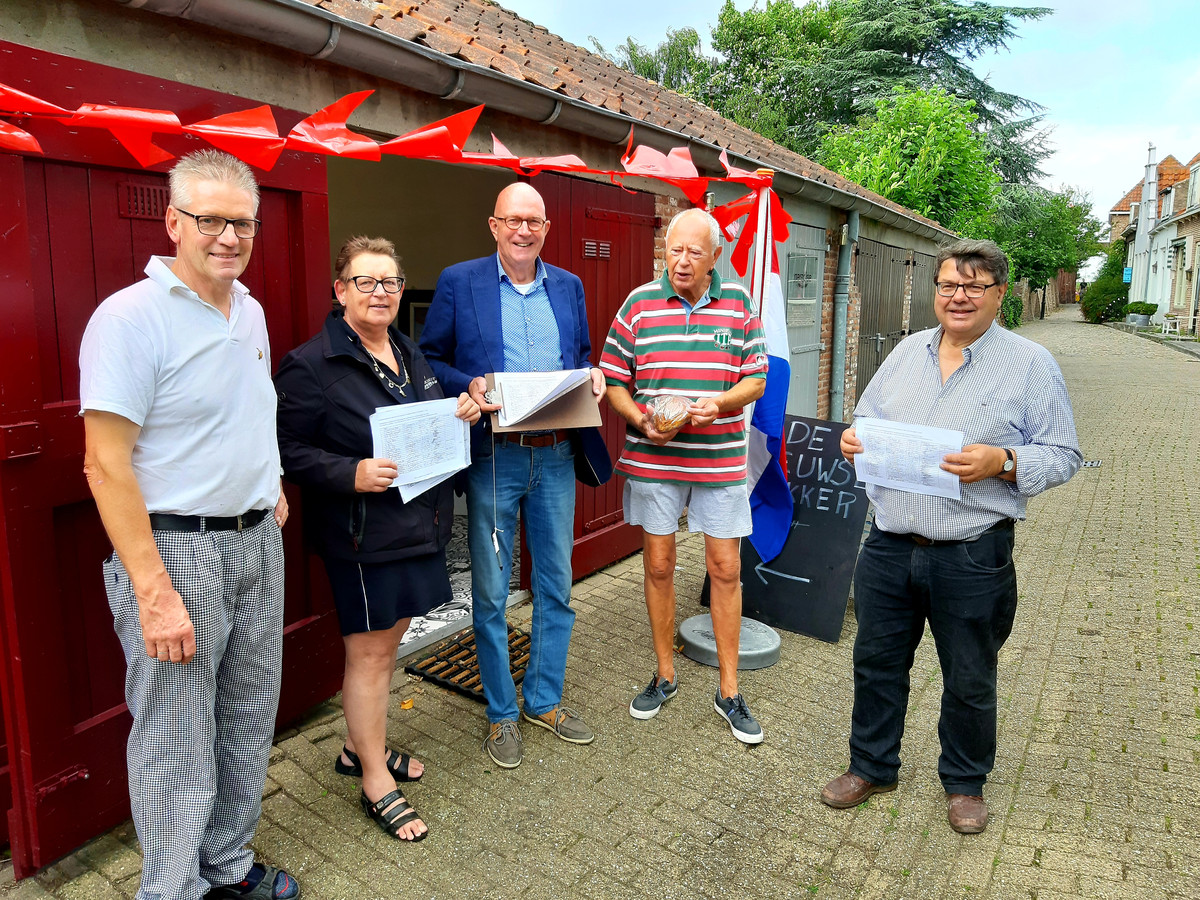 Markthandelaar Chris Koole van De Zeeuwse Bakker en stadsraadleden Elly Boeckhout, Roel Paalman, een broodkopende plaatsgenoot en stadsraadvoorzitter Jan Paul Loeff (vlnr) met de petities voor de popup-bakkerswinkel aan het Oranjeplein in Veere..