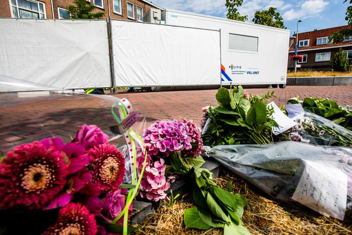 Bloemen voor een studentenhuis aan de Bosboomstraat in Utrecht. In het huis is de 24-jarige Laura Korsman om het leven gebracht.