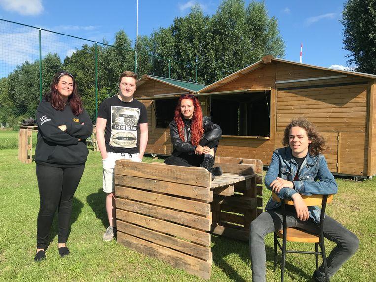 Het bestuur van jeugdhuis UzUz: (vlnr.) Chayenne Vanhoucke, Pjotr Markey, Imani Pauwaert en voorzitter Neal Van Bellingen, is begonnen met de opbouw van hun zomerbar