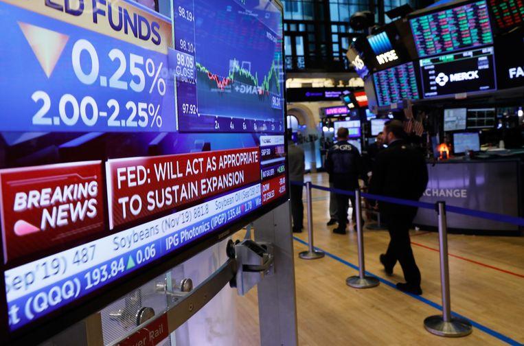 Het nieuws van de renteknip was te zien op schermen op de vloer van de New York Stock Exchange.