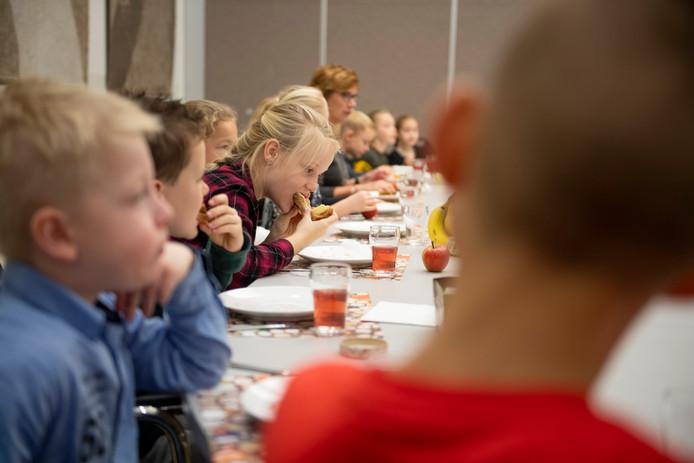 """De leerlingen van basisschool De Es laten zich het ontbijt goed smaken. """"Lekker hoor zo'n boterhammetje."""""""