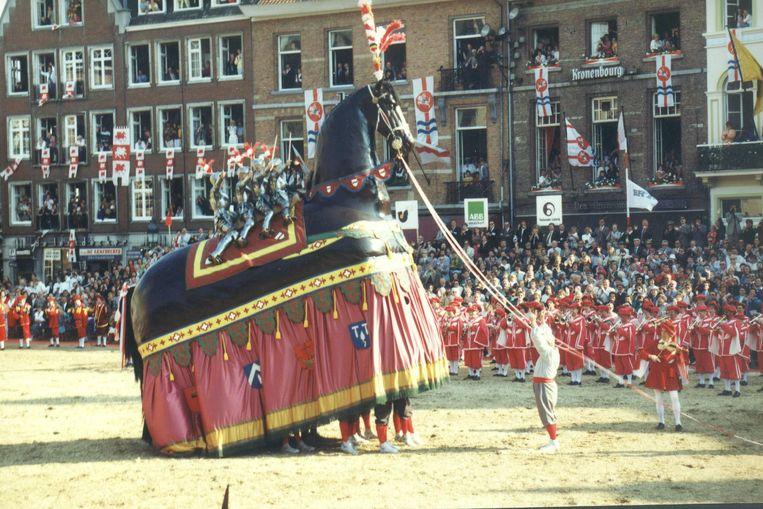 Het zal een jaar langer wachten worden om het Ros Beiaard op de Grote Markt van Dendermonde te zien steigeren.