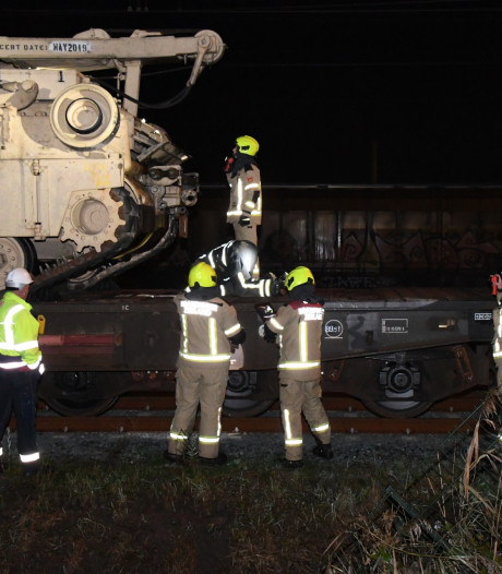 Brandweer onderzoekt lekkage op spoor bij Nieuwdorp