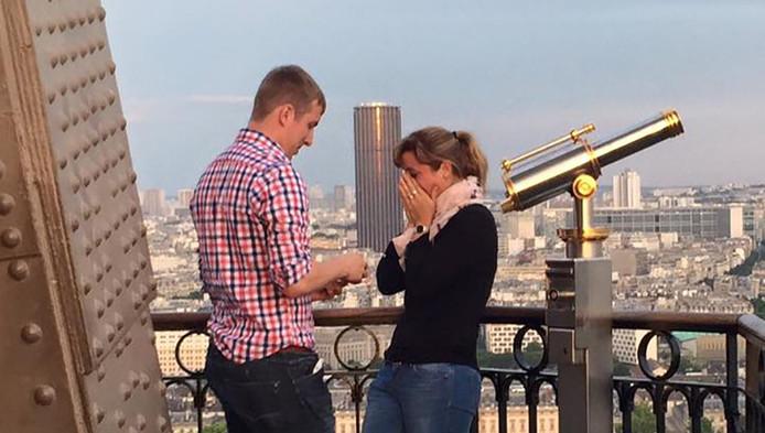 Een intiem moment op de Eiffeltoren: een huwelijksaanzoek.
