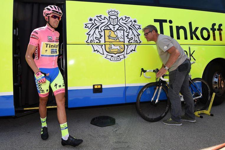 Alberto Contador gisteren voor de start van de achttiende etappe. Beeld epa