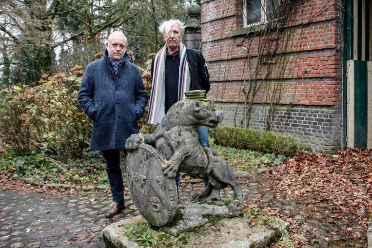 Rik Vermeir (rechts) met de opgespoorde eigenaar en zijn beeld dat nu weer plekje op kasteeldomein krijgt.