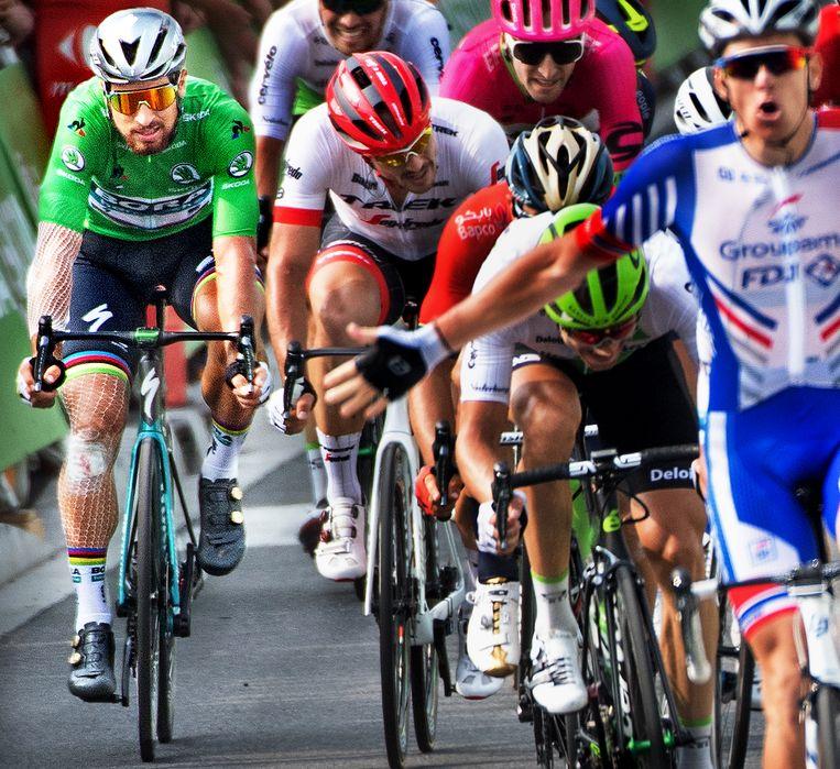 Peter Sagan (links) wordt achtste in Pau. Arnaud Démare (links) wint. Beeld Klaas Jan van der Weij/de Volkskrant