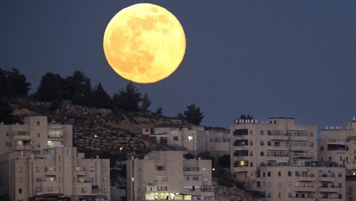 De supermaan zondag boven Har El, een wijk in Jeruzalem.