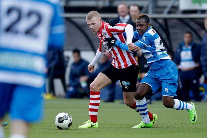De Franse vleugelspeler Hervin Ongenda (rechts) kwam over van PSG, maar verdween al vlot bij PEC Zwolle.