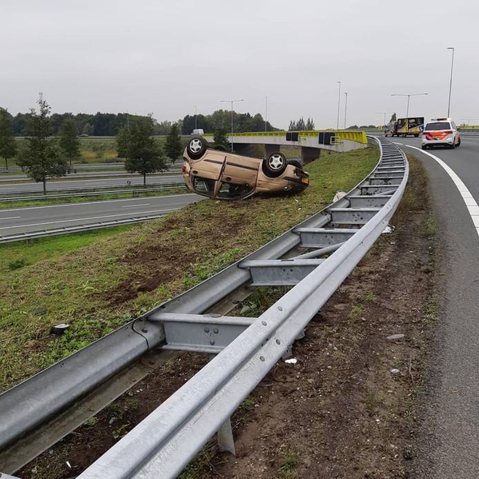 De auto op het talud bij Empel.