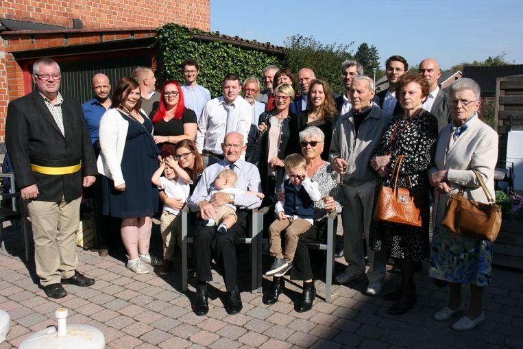 De familie kwam bij elkaar voor de gouden bruiloft.