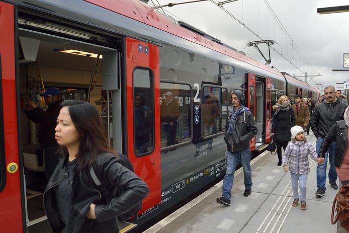 De nieuwe trein op het R-net tussen Gouda en Alphen staat op station Gouda.