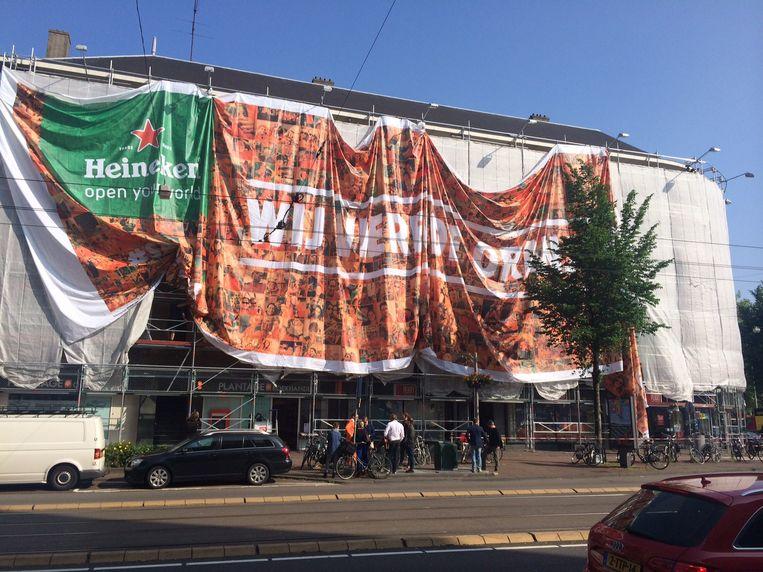 Wij vieren de oranjekoorts', staat op het doek van Heineken Beeld Buurtbewoners