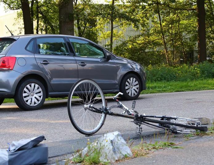 De fietser werd geschept door een auto.
