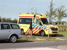 Scooterrijder ziet auto over het hoofd en raakt gewond