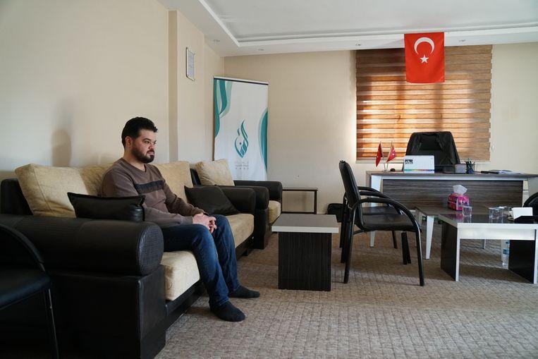 De Syriër Mohamed Ghazal leidt het vluchtelingencentrum in de Turkse grensstad Reyhanli. Hij krijgt steeds minder financiële steun.  Beeld Melvyn Ingleby