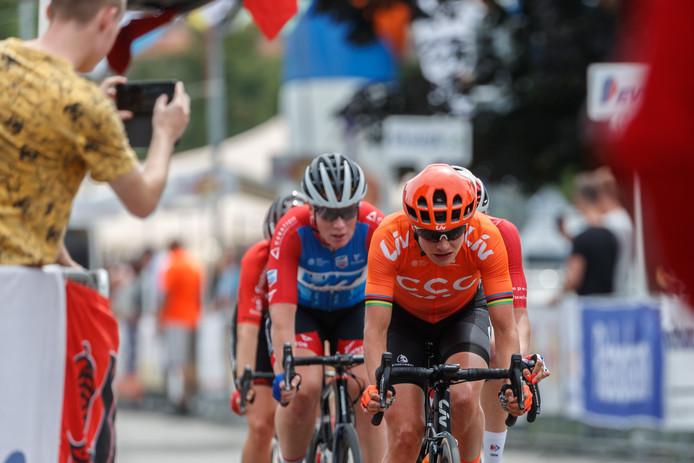 Marianne Vos voorop in Zevenbergen. Ze verloor uiteindelijk van Lorena Wiebes.