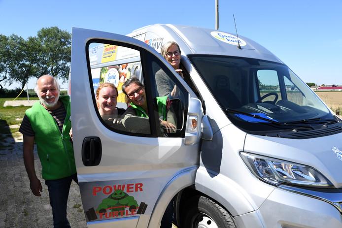 Blije vrijwilligers bij de nieuwe bus voor Goeie Kost, vlnr Cees Kooijmans, Nancy Coutteau, Edith Verkooijen en Ineke Cormelissen.