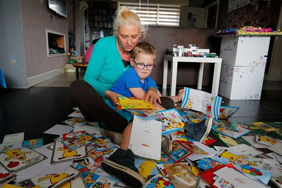 Thor samen mama Nancy. Zijn eerste werk als hij thuiskomt: kaartjes openen.