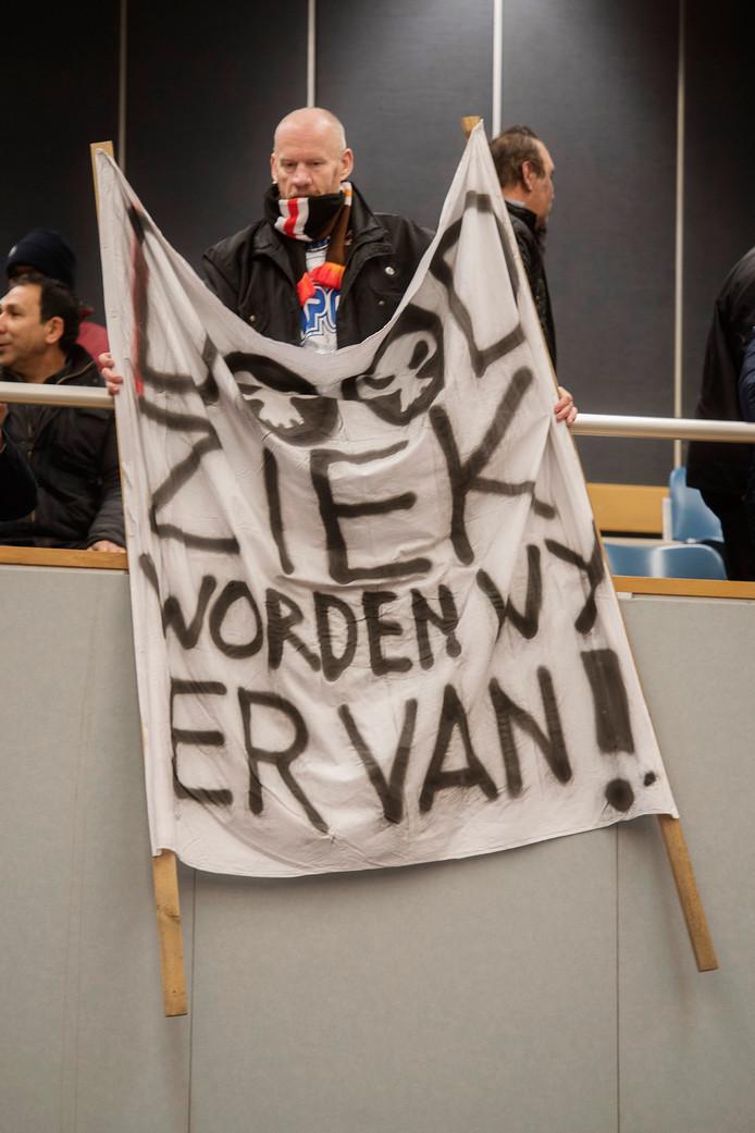 IPTCBron  Beeld werkt;Beeld werkt  Tilburg Gemeentehuis Protest op de publieks tribune tegen het gebruikte Chroom 6 tijdens een raadsvergadering;Sale FR082;Tilburg;Nederland;NL