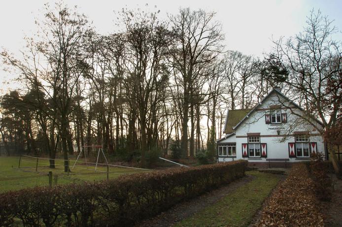 Links naast het huis de zogeheten Princentafel, een bergje van waaruit men in het verleden uitzicht had op een militair oefenterrein. Het huis uit 1912 aan de Tilburgse Baan, op de grens van Breda en Oosterhout, heet ook Princentafel. Het pand is vorige week gesloopt.