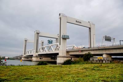 Personen te water bij aanvaring Botlekbrug, schepen gezonken