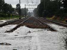 Treinverkeer weer op gang na avond vol wateroverlast door hevige regen in Rheden